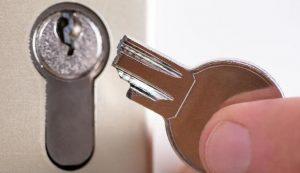 5 einfache und schnelle Möglichkeiten, einen abgebrochenen Schlüssel ins Schloss zu bekommen